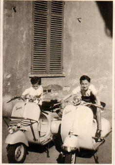 Forum Vespa Piaggio: Vespaforum e mercatino di www.vespaforever.net Vespa 50, Vespa Lambretta, Black White Fashion, Black And White, Cool Bicycles, Old Pictures, Vintage Vespa, Sigmund Freud, History