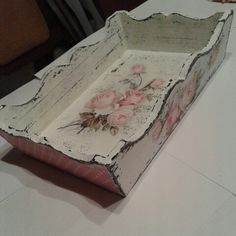 Decoupage shabby chick roses tray Shabby Chic Tray, Shabby Look, Shabby Chic Decor, Shabby Vintage, Decoupage Vintage, Painted Wine Bottles, Decorated Bottles, Diy And Crafts, Paper Crafts