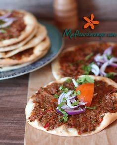 Lahmacum ou lahmajun connue comme &Pizza turque& est une spécialité turque épicée. Constituée d'un mélange de viande hachée et de légumes, répartis sur une pâte très fine. Lahmacun est surtout célèbre dans les parties sud et est de la Turquie où il est...