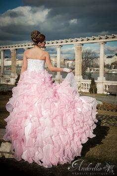 Rózsaszín menyasszonyi ruha fehér csipkés felső résszel, hatalmas uszállyal.  Próbálható Budapesti bemutató termünkben a X. kerületben.  Bejelentkezés telefonon: +3670/533-2572 Vagy online időpont foglalással itt: http://www.anderella.hu/  Menyasszonyi ruha Budapest, rózsaszín ruha, alkalmi ruha, estélyi ruha, új menyasszonyi ruha, hosszú alkalmi ruha, rózsaszín menyasszonyi ruha.
