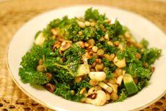 Alle som leser et minimum av matblogger har fått med seg de siste åras store dille i bloggosfæren: grønnkål, eller kale på engelsk. Selv har jeg spist lite grønnkål, rett og slett fordi de aldri se...