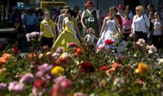 Daffodil queen Kenna Erhardt leads the walk at the Meeker Days Festival on Saturday, June 22, 2013. Lui Kit Wong/Staff photographer LUI KIT WONG — The News Tribune