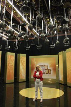 Studiokierroksella näimme Euro Jackpotin lavasteet. Kuva: Aada Harju