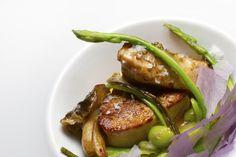 Poêlée de foie gras et asperges, avec de belles escalopes de foie gras.