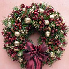 Venkovní slavnostní Venkovní,vánoční věnec ze stříbrného smrku,průměr 33 cm.