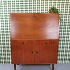 Prachtig vintage kabinet / kast - Pip en Linus webshop Zweedse meubelen en accessoires Wet, Credenza, Retro Vintage, Bench, Cabinet, Storage, Furniture, Home Decor, Accessories