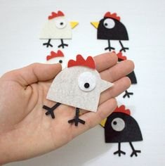 Hand-made articles for a year of the Rooster of Remarkable ideas for creativity Bird Crafts, Cute Crafts, Easter Crafts, Felt Crafts, Diy Crafts For Kids, Chicken Crafts, Felt Christmas Decorations, Diy Ostern, Felt Birds