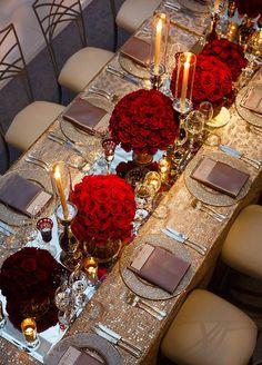 Bryllupsdag look: Gamle Hollywood glam - brudekjoler - denmark Long Table Wedding, Wedding Table Settings, Wedding Day, Red Table Settings, Wedding Dinner, Wedding Anniversary, Romantic Table Setting, Elegant Table Settings, Beautiful Table Settings