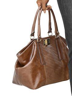 Tasche aus Glattleder mit goldfarbenem Drehverschluss und Steppung auf der Front. Innenfach mit Reißverschluss und diversen Taschen. Maße: (B/H) ca. 40/25 cm....