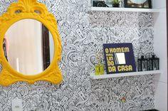 Parede do lavabo pode receber aplicação de adesivo (Foto: Divulgação/Blog Homem da Casa)