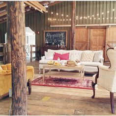 Rug and Southern Vintage Lounge area at The Bloom Workshop @vinewoodevents