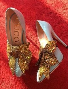 Gucci Milan Fashion Week Spring 2017 large gold metallic bow on silver pumps. Pretty Shoes, Beautiful Shoes, Cute Shoes, Me Too Shoes, Gucci Fashion Show, Fashion Shoes, Sneakers Fashion, Fashion Brands, Luxury Fashion