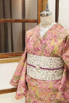 ラズベリーピンク、ハーブグリーンなどの優しく穏やかな色合いで染め出された風景模様が愛らしいウールの単着物です。