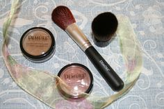 '4 pc. Demure Mineral Make-up w. Brushes' is going up for auction at  7am Wed, Aug 21 with a starting bid of $1.