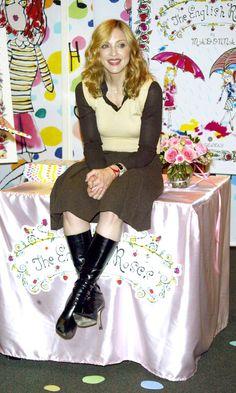 Madonna continúa su amor por el estilo campestre mientras promueve el libro infantil The English Roses, 2003