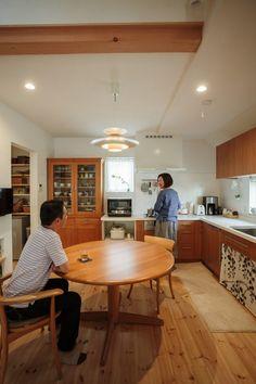 空間を広く使えるL字型キッチン #キッチン #カップボード #igstylehouse #アイジースタイルハウス Kitchen Decor, Kitchen Design, Interior Decorating, Interior Design, Japanese House, Home Decor Inspiration, Minimalism, Table, Room