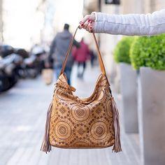 Desde Italia llegaron los especiales bolsos de  piel cómo éste perforado y flecos laterales disponible en nuestras tiendas Elena Torrens