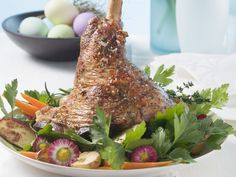 Österliche Lammhaxe mit Kartoffeln und Karotten | http://eatsmarter.de/rezepte/oesterliche-lammhaxe-mit-kartoffeln-und-karotten