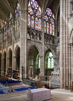 intérieur de la Basilique St Denis à Paris *nécropole des rois de France