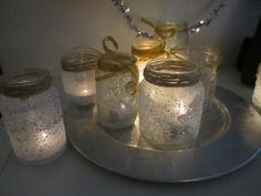 Kerst doe-activiteiten: Glazenpotje insmeren met lijm, rollen door een bak met zout en glitters, lint of touw eromheen.