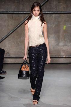 Marni Fall 2017 Ready-to-Wear Fashion Show - Yasmin Wijnaldum Fashion 2018, Fashion Week, New Fashion, High Fashion, Fashion Show, Autumn Fashion, Fashion Looks, Fashion Outfits, Womens Fashion