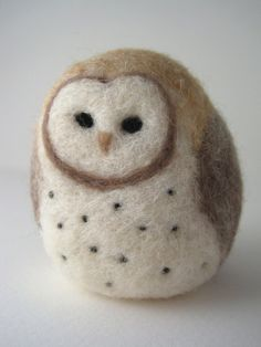 Barn Owl Needle Felted Wool Sculpture -aww love this! Scraplady could you felt this for me? Felt Owls, Felt Birds, Felt Animals, Dac Diy, Needle Felted Owl, Owl Crafts, Art Textile, Wet Felting, Felt Ornaments