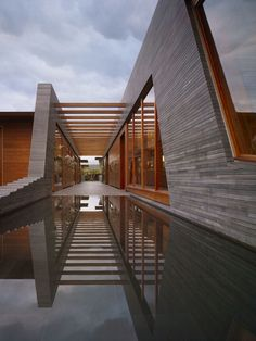 Belzberg Architects have recently completed the Kona Residence in Hawaii. In between cooled lava flows, is the Kona Residence, this residence is the quinte Residence Architecture, Architecture Résidentielle, Beautiful Architecture, Contemporary Architecture, Modern Contemporary, Futuristisches Design, House Design, Grid Design, Loft Stil