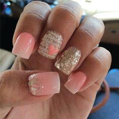 Un joli regardant paillettes ongles d'art design en bandes et demi détails de l'humeur avec un détail de coeur rose sur le dessus.