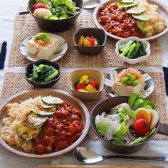 晩ごはん ・ ✳︎トマトカレー ズッキーニ&チーズ焼きのっけ ✳︎サラダ ✳︎ピクルス ✳︎冷奴 ✳︎小松菜の胡麻和え