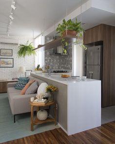 Cozinha americana integrada sobrestar com muito charme. Adorei a prateleira aérea com plantas. A parede em tijolinho aparente deixou o ambiente leve. Projeto SP Estudio