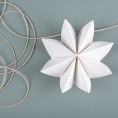 One-flower-threaded Fourth Of July Crafts For Kids, Christmas Crafts For Kids, 4th Of July, Christmas Decorations, Kids Crafts, Flower Garlands, Paper Folding, Projects To Try, Paper Crafts