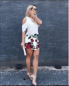 A querida @rafakalimann com total Carmen Steffens.  Blusa com babados e recorte no ombro + saia com estampa exclusiva de rosas.  A sandália nude de tiras é um item indispensável no guarda-roupa de qualquer mulher!