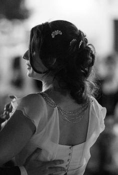Vestido de novia. Espalda con detalle de cadenitas de pedrería. #AlejandraSvarc #novias