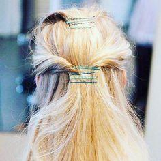 Momento inspiração: grampos coloridos!! 💜❤️💙 São fofos e dão um UP no visual. Aposte e arrase! #meuespelho #dicapraquinta #dicas #moderno #dearrasar #hair #hairstyle #cute #loveit #inspiration #inspirese #prático #despojado
