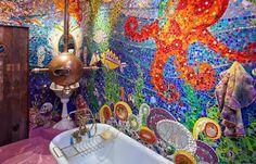 Si vous aimez les couleurs pastel et la décoration originale, vous allez adorer cette salle de bains version sous-marin. © Anthony Lindsey