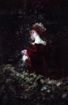 Caitríona, sua voz era o choro das mulheres em velórios. Costumava colher rosas e cortar os pulsos com o espinho, esperando que um dia soltasse um lamento de dor.