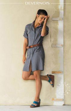 LOOKBOOK DEVERNOIS PRINTEMPS/ETE 2015 - Craquez pour cette robe saharienne. Le lin lavé procure souplesse et confort au vêtement. Ceinturée, vous lui donnerez un look moderne et décontracté. #robesaharienne #linlave #aceinturer #confort www.devernois.com