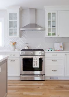12 Amazing White Kitchen Backsplash Ideas by lchamh White Kitchen Backsplash, Kitchen Hoods, Kitchen Stove, Kitchen Decor, Backsplash Ideas, Backsplash Design, Kitchen White, Kitchen Ideas, Decorating Kitchen