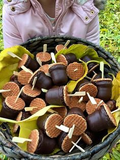 Autumn treat with small syrup wafers and negro kisses - Herfsttraktatie met kleine stroopwafeltjes en negerzoenen Autumn treat with small syrup waffles and negro kisses Apuntes Bonitos ✍️ treat Snacks Für Party, Party Treats, Kids Birthday Treats, Waffles, Food Humor, High Tea, Food Inspiration, Kids Meals, Love Food
