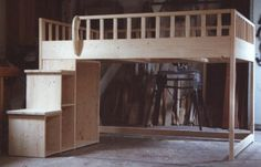 Hochbetten und Etagenbetten sind echte Raumwunder und bieten auch Platz zum Lernen und Spielen in kleinen Zimmern.