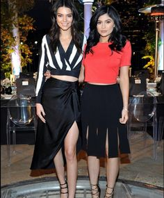 It was only a matter of time before the Jenner sisters designed exclusive pieces for their Kendall + Kylie line. Kendall and Kylie announced the release of Kylie Jenner Swimsuit, Kendall Jenner Estilo, Kendall E Kylie Jenner, Estilo Kardashian, Kardashian Jenner, Kardashian Style, Kardashian Fashion, Le Style Du Jenner, Kylie Jenner Style
