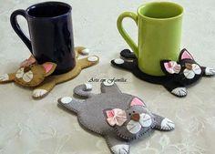 Kézi varrással (pelenkaöltéssel) is elkészíthető a képeken látható, cicát formázó poháralátét, ami remek ajándék lehet például kollégának....