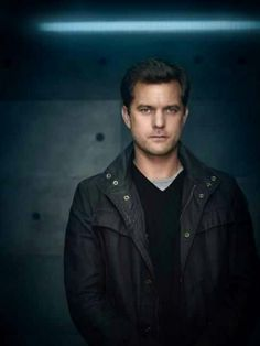 Joshua Jackson on Fringe as Peter Bishop - THE reason to watch this show!!