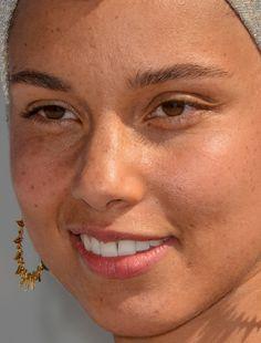 alicia keys  Is she really wearing no make-up and how do you... alicia keys nomakeup makeup make-up red carpet make up celeb celebrity celebritycloseup