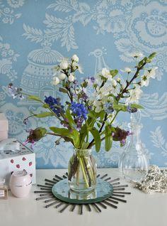 Spegelram med tändstickor av Fanny på Flora Interiör Centre, Glass Vase, Flora, Mirror, Home Decor, Decoration Home, Room Decor, Plants, Mirrors