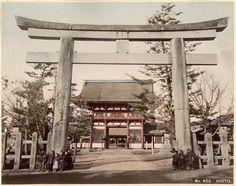 Torii du sanctuaire Yasaka, Kyoto, Japon - 1890, circa