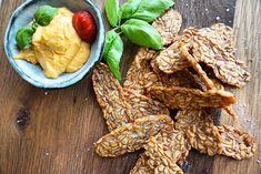 Deze vegan protein chips is bewust gemaakt van tempeh.Tempeh is namelijk gemaakt van soja, een eiwitrijke plantaardige peulvrucht. Dat deze peulvrucht zoveel eiwitten bevat is uitzonderlijk. De meeste plantaardige producten bevatten namelijk weinig eiwit. Dat maakt deze chips dan ook gelijk tot een bijzondere variant. Eiwitrijk, veganistisch en ook nog eens hartstikke lekker! Ingrediënten (voor 2 personen) 200 gram tempeh 1 schaaltje hummus (naar