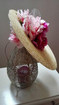 Tocado de plato lateral con peonias invitada pefecta boda How To Make Fascinators, Hat Tutorial, Fancy Hats, Hanging Flowers, Love Hat, Fascinator Hats, Bandeau, Hats For Women, Headbands