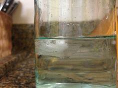 Fenômeno físico pois o gelo apenas derrete, mudando sua organização mas não sua composição.