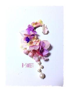 紫陽花のイヤーフックです。ピンク、パープル系の色々な紫陽花とパールを詰め合わせたたった一つの爽やかなイヤーフックです。ユラユラ揺れるパールもかわいいですよ。耳...|ハンドメイド、手作り、手仕事品の通販・販売・購入ならCreema。
